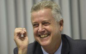 A casa cai enquanto o brasileiro ri