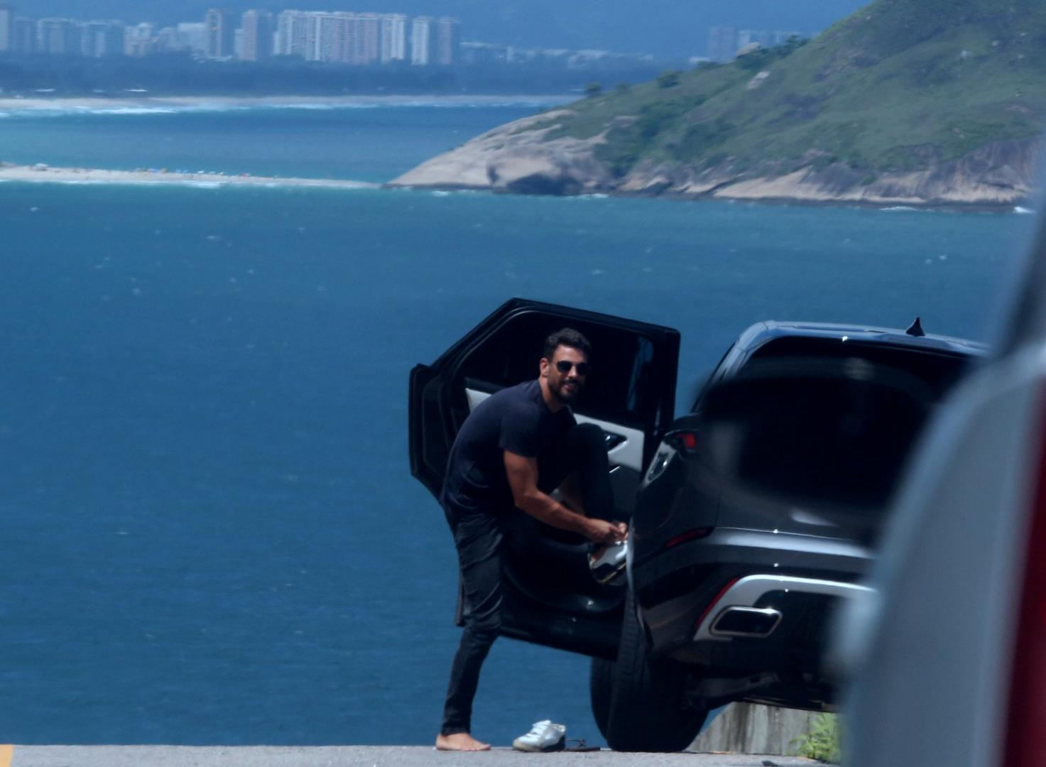 Cauã Reymond participa de ensaio fotográfico para marca de veículo