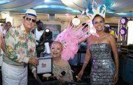 Beth Carvalho recebe o Tamborim de Ouro das mãos de Maurício Mattos e Lene DeVictor