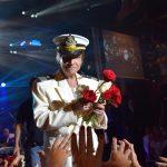 Roberto Carlos entrega rosas para fãs