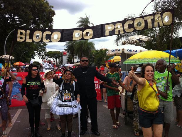 Bloco do Pacotão ironiza Temer no carnaval  em Brasília
