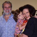 Pedro Buarque de Hollanda e Heloísa Buarque de Hollanda com a neta Violeta