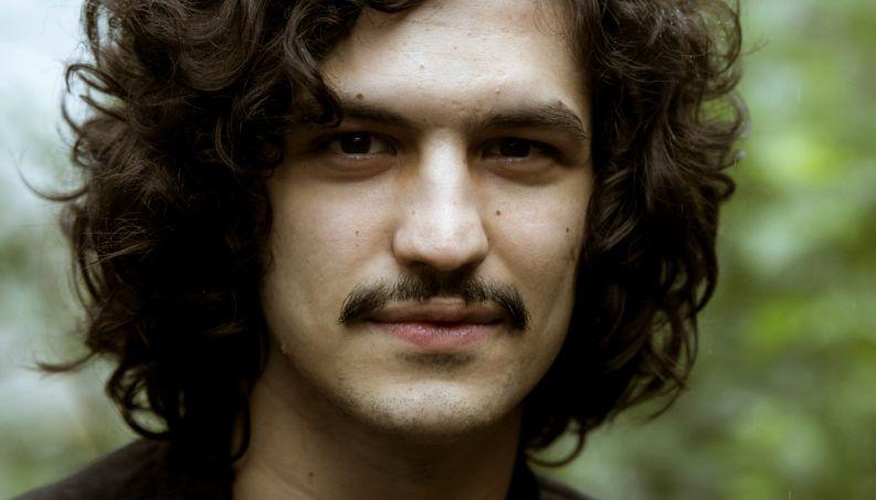 Gabriel Leone é apaixonado pela paleontologia em supersérie da Globo