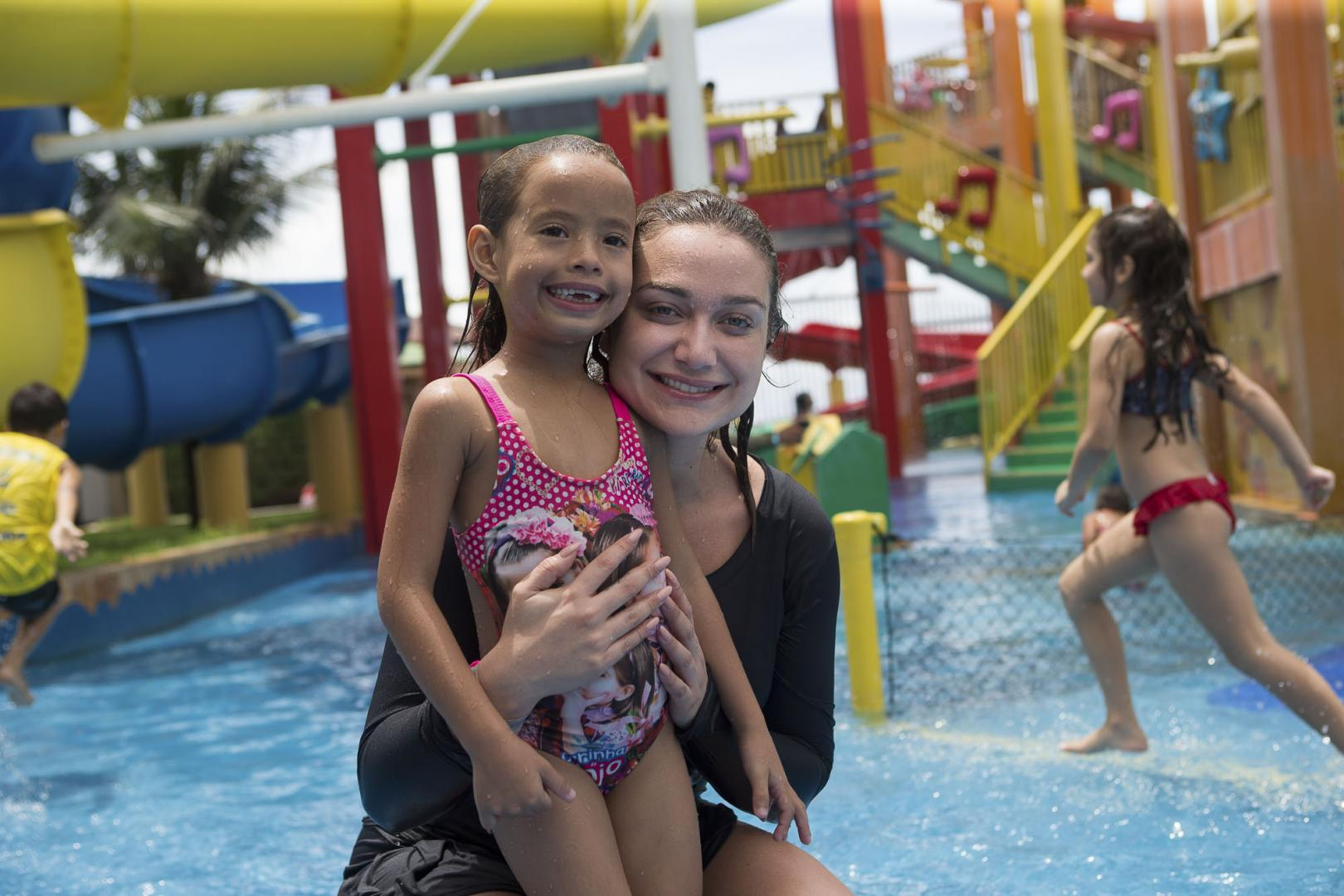 Atriz Maria Pinna recebe 290 crianças carentes no Beach Park para o 11º Dia Nacional da Alegria