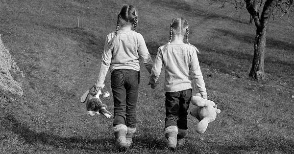 Essa imagem que achei na internet é a cara do sentimento que me une a essas amigas de toda uma vida: mãos dadas sempre