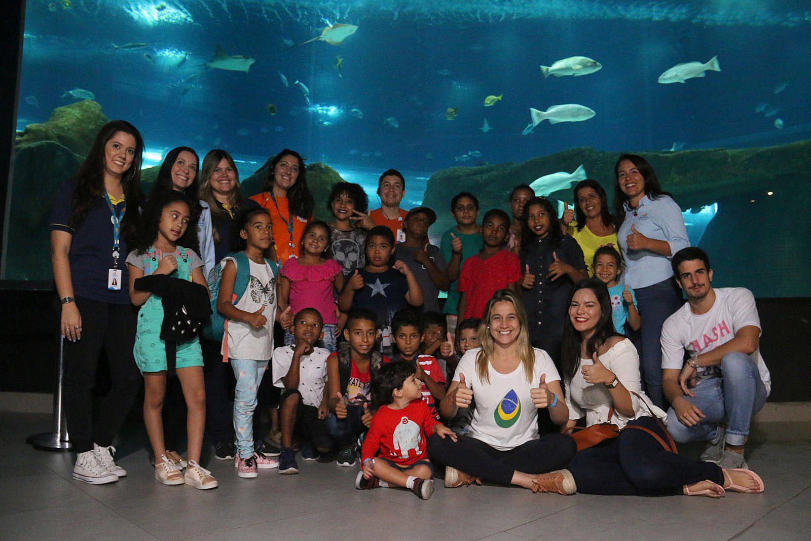 Fernanda Gentil e Enzo Celulari levam crianças carentes para visitar o Aqua Rio