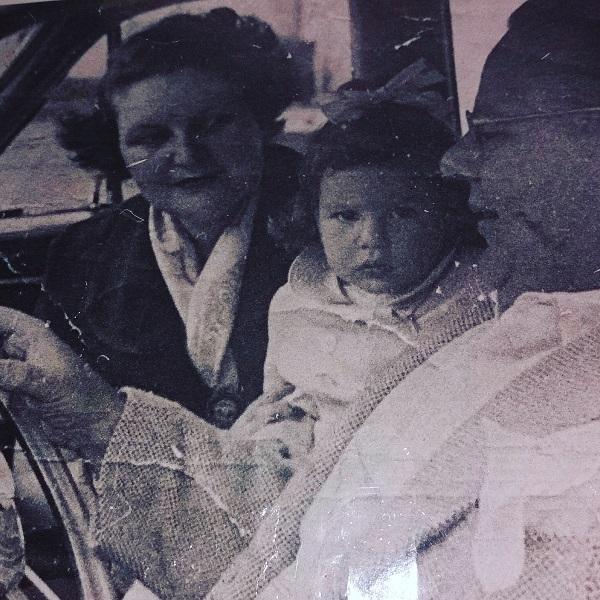 Minha mãe, meu pai e eu. Ele morreu quando eu tinha 2 anos e ela me criou sozinha, com a preciosa ajuda da vovó