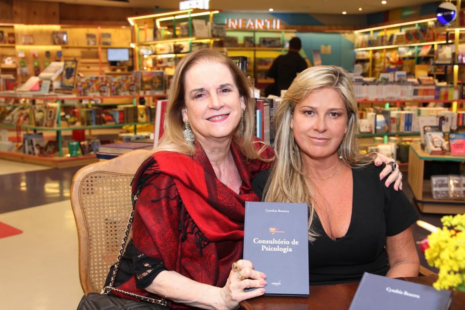 Cynthia Bezerra  lança seu primeiro livro