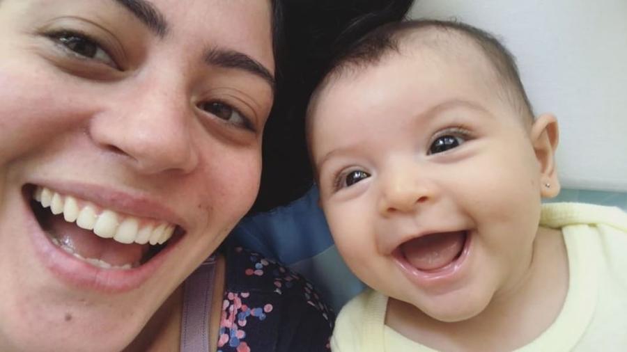 Carol Castro baba pela filhota