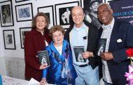 """Therezinha Monte recebe amigos na noite de autógrafos de """"Alma de Cabrocha – uma autobiografia Cheia de Samba"""""""