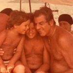 Anos 80 Carlos Carvalho e seus pimpolhos Carlos Felipe e Carlos Fernando, sob o sol de Angra dos Reis