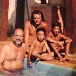Anos 90, verão de Búzios papai Ricardo Ramalho e o então cabeludo Christiano, o hoje promoter badalado, Felipe, e Pedro, hoje DJ da pesada