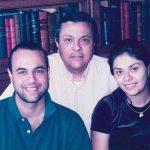 O artista plástico Luiz Dolino, em algum lugar do passado, com os filhos Juliano e Mariana