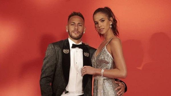 Neymar Junior se sente mais à vontade a bordo de um smoking do que tendo que arrastar as chuteiras Nike nos gramados. Melhor ainda, se estiver também em companhia da sua Preta