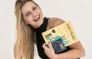 """Claudia Liechavicius faz noite de autógrafos de """"Quer Viajar? O que você precisa saber para se tornar um viajante"""""""