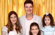 Rodrigo Faro lê para suas filhas antes de dormir