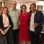 A aniversariante Silvinha Fraga entre Henriqueta Gomes, Luiz Celso Monteiro de Andrade e Carlos Lins e Silva