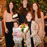 Daniella Sarayba recebe a homenagem junto com as filhas Gabriela e Rafaela, entre Cecilia Ligiere e Joana Nolasco
