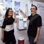 O casal Mini Kerti e Luíz Zerbini vendo os desenhos de suas filhas
