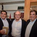 Ruy e Raphael Barreto cercando Nilson Mello