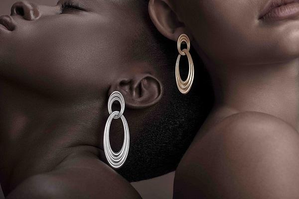 brincos Órbita, em ouro e prata, leveza sensual