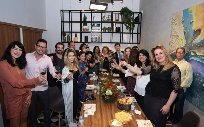 5804f36429de4 Salvatore Ferragamo e Bianca Marques recebem convidados para degustação de  vinhos