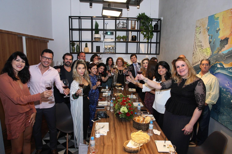Salvatore Ferragamo e Bianca Marques recebem convidados para degustação de vinhos