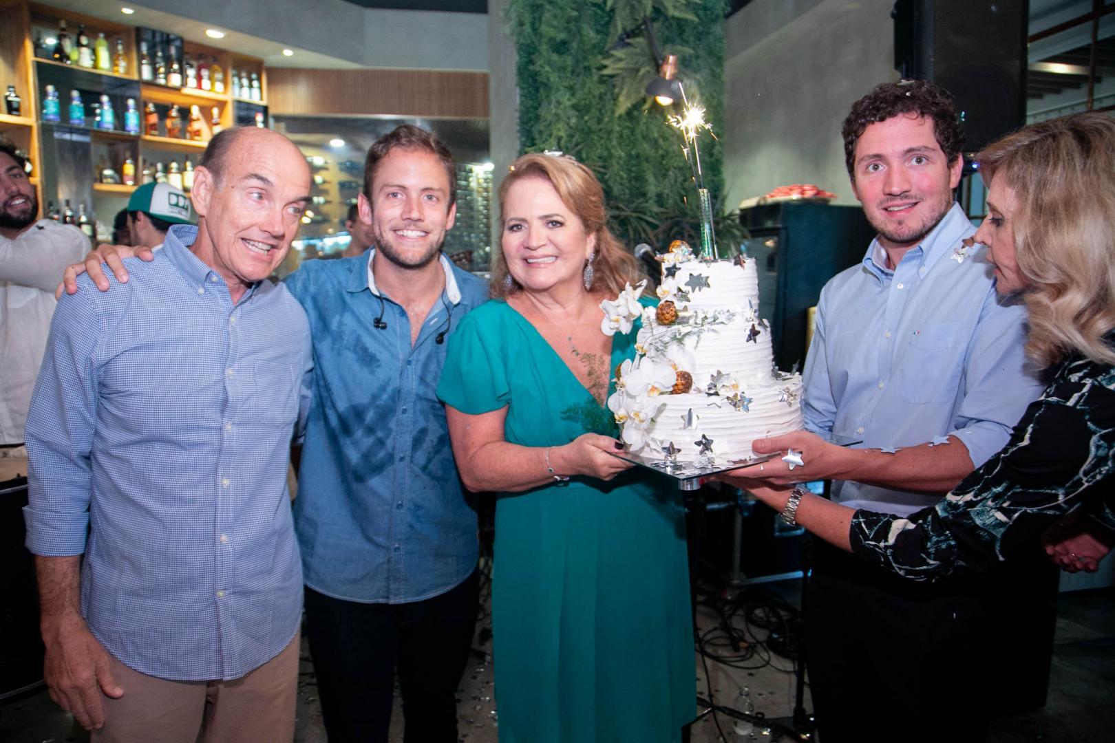 Renata Fraga comemora aniversário com festão no Rio