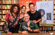 Zezé Motta recebe amigos e famosos em lançamento de livro