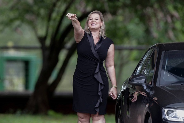 Joice Hasselman é boa de voto, mas ruim de modelitos. Precisa adaptar moda a seu corpo e idade