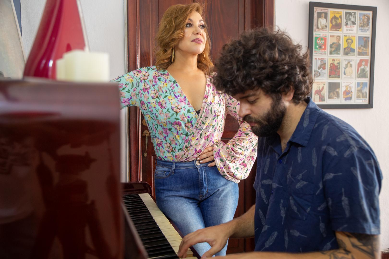 Vânia Bastos reencontra Minas em show com Rafa Castro e Túlio Mourão