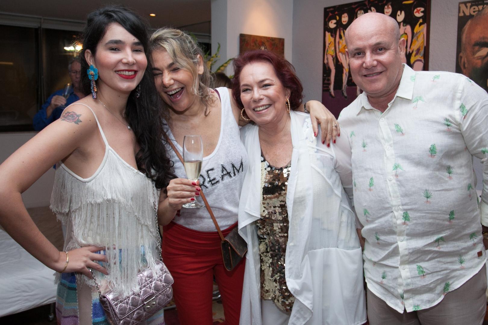 Paulo Muller comemora a virada do ano com amigos e família no seu apartamento em Copacabana