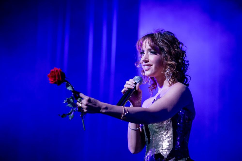 Aos 40, Kiara Sasso mantém intacta imagem de protagonista de grandes musicais