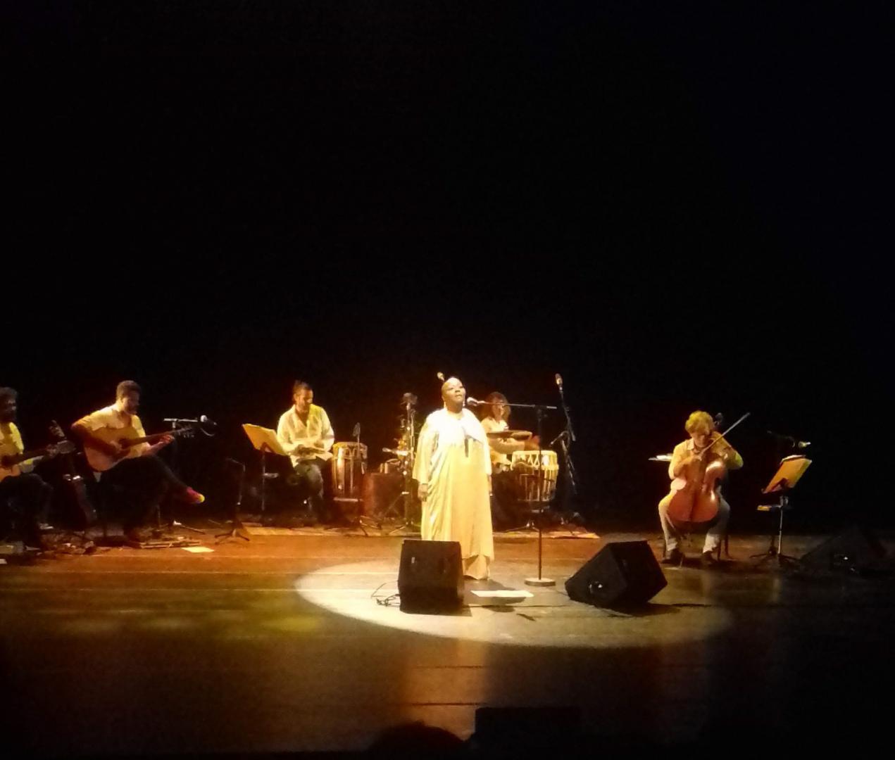 Virgínia Rodrigues dribla erros e faz ressoar a imensidão de sua voz sagrada e ancestral em show