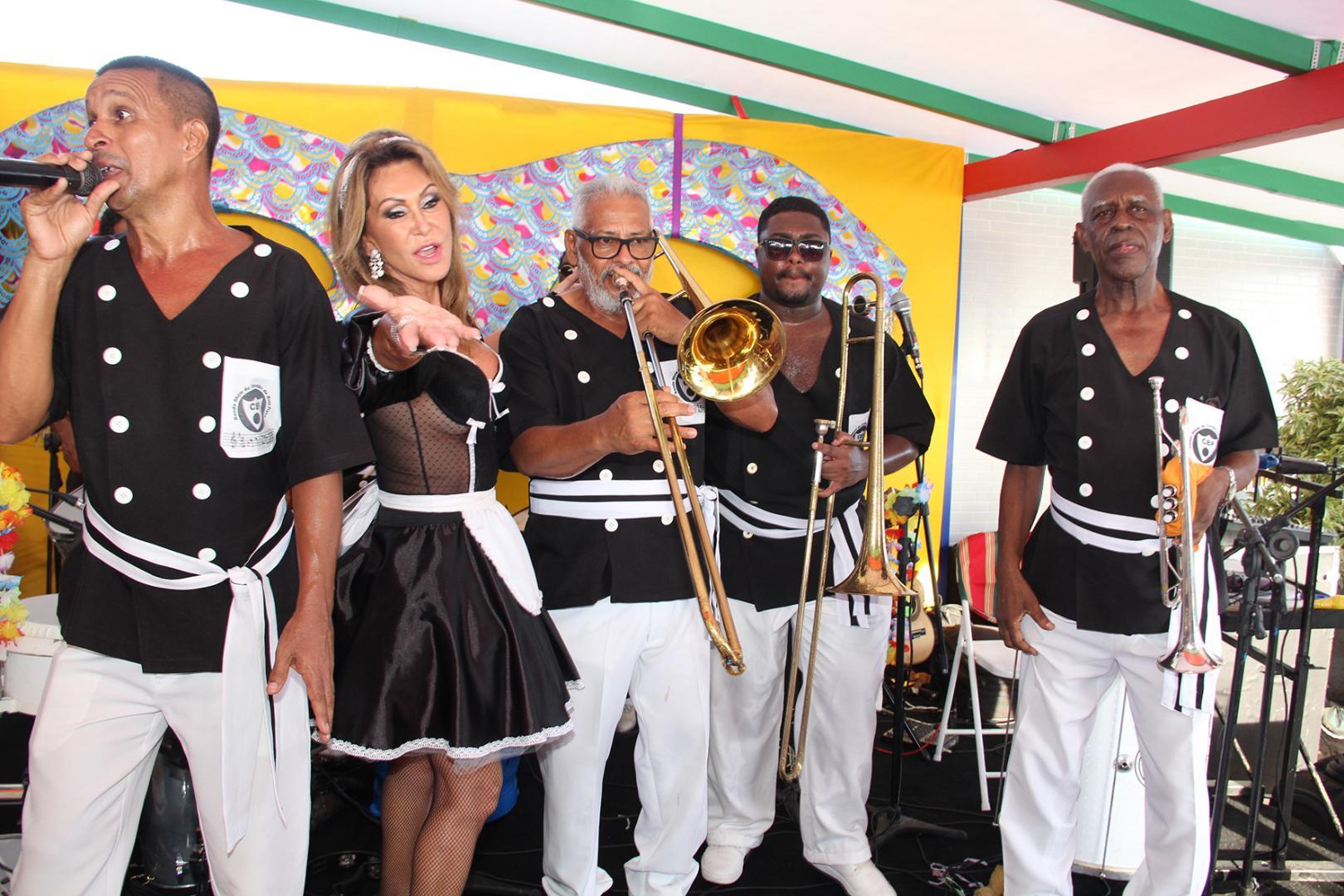 Festa da empresária Beth Andrade agita a Banda da Barra