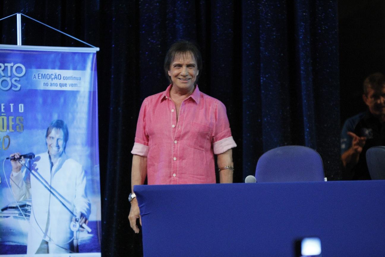 Roberto Carlos aparece de camisa rosa em coletiva de imprensa e fala sobre temas polêmicos