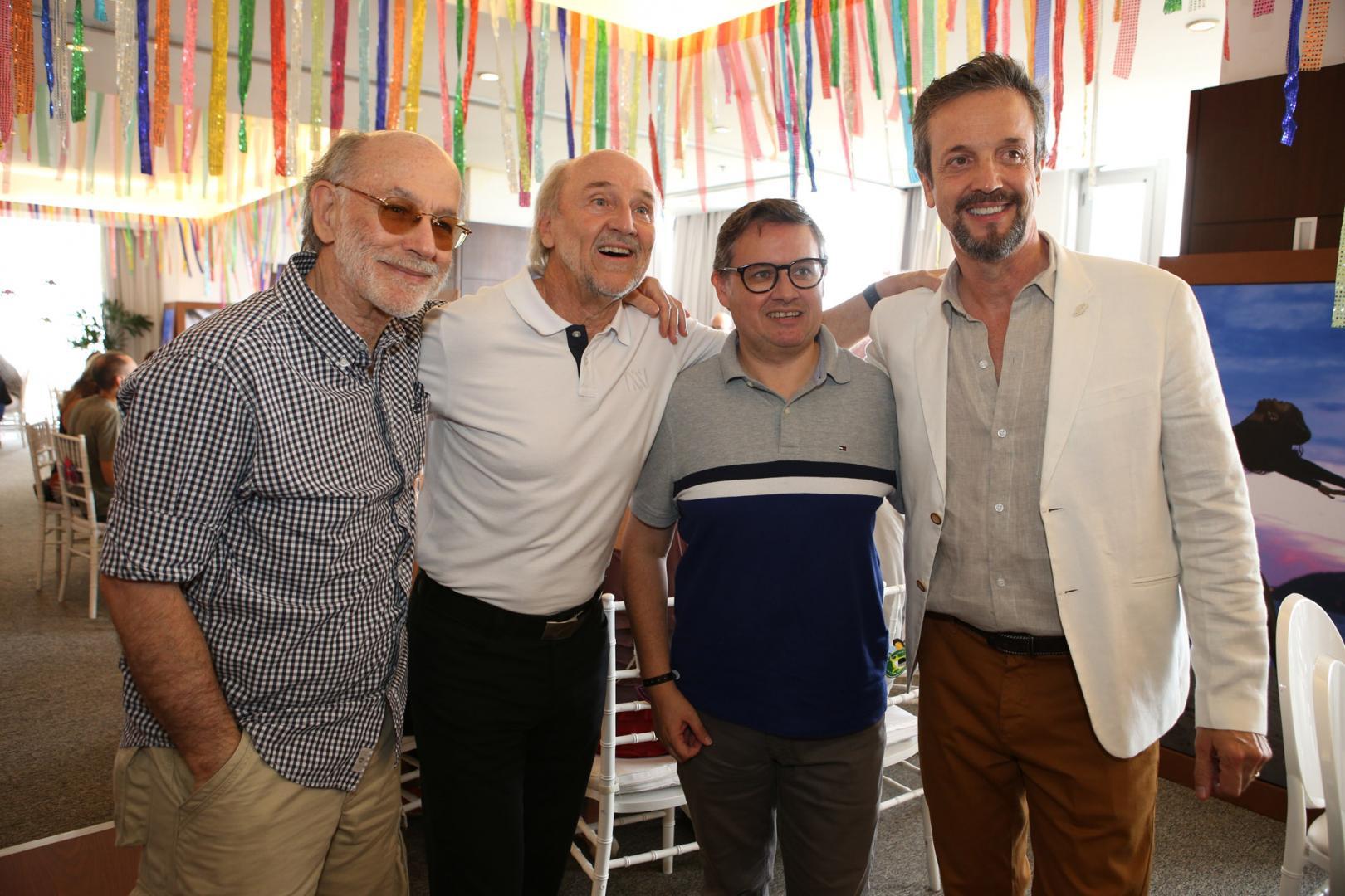 Artistas, empresários e cônsules sambam ao som da bateria da Grande Rio na feijoada do camarote Incentivo Brasil