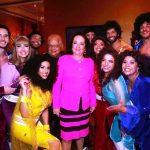 Beth e Carlos Alberto Serpa com o elenco do musical ABBA