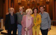 Monah Delacy festeja, ao lado de familiares e amigos, seus 90 anos