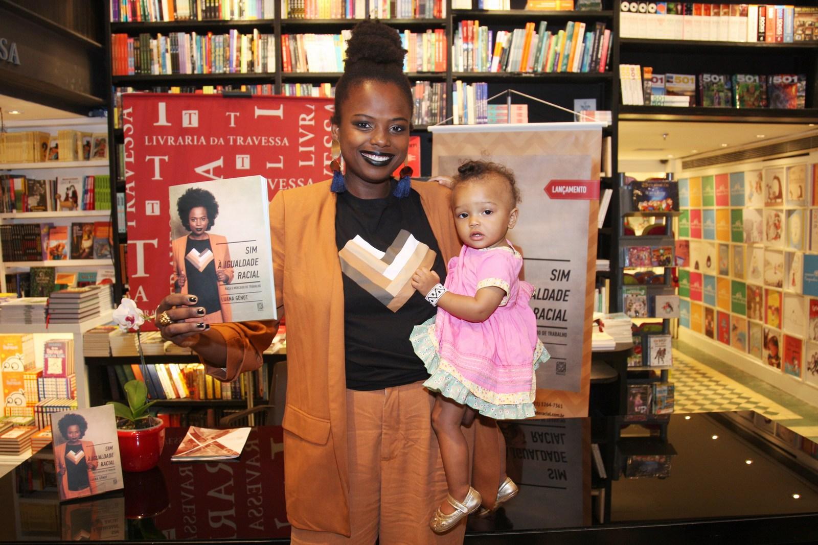 """Luana Génot lança o livro """"Sim à Igualdade Racial – raça e mercado de trabalho"""" na Livraria da Travessa do Shopping Leblon"""