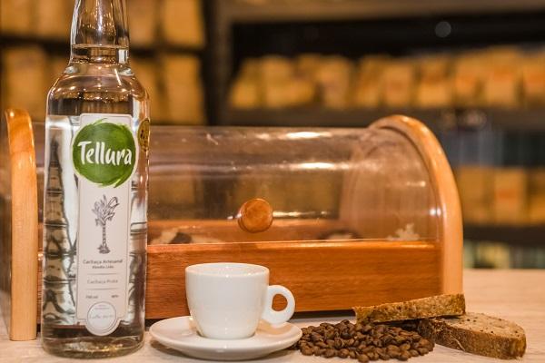 Café com cachaça no interior do Rio