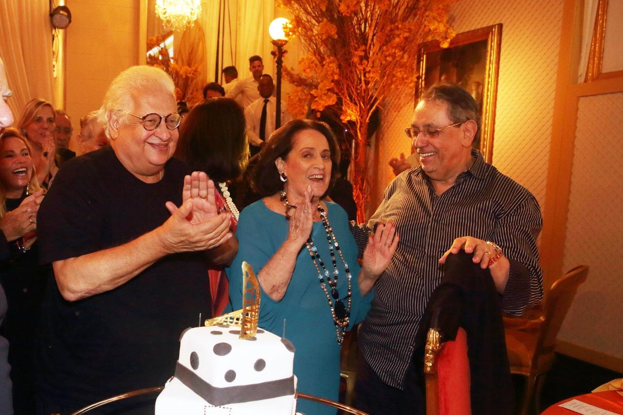 Carlos Alberto Serpa comemora aniversário cercado por amigos