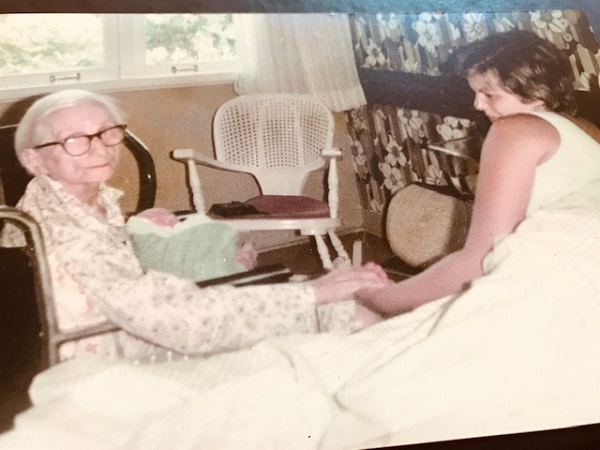 Álbum de família : com o bisneto Christiano nos braços, minha avó Amneris e eu na Clínica São Vicente ( Março de 1977)