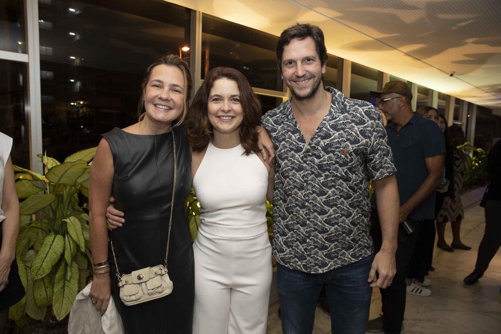"""Famosos assistem a estreia da peça """"PI – Panorâmica Insana"""", com Claudia Abreu e Leandra Leal"""