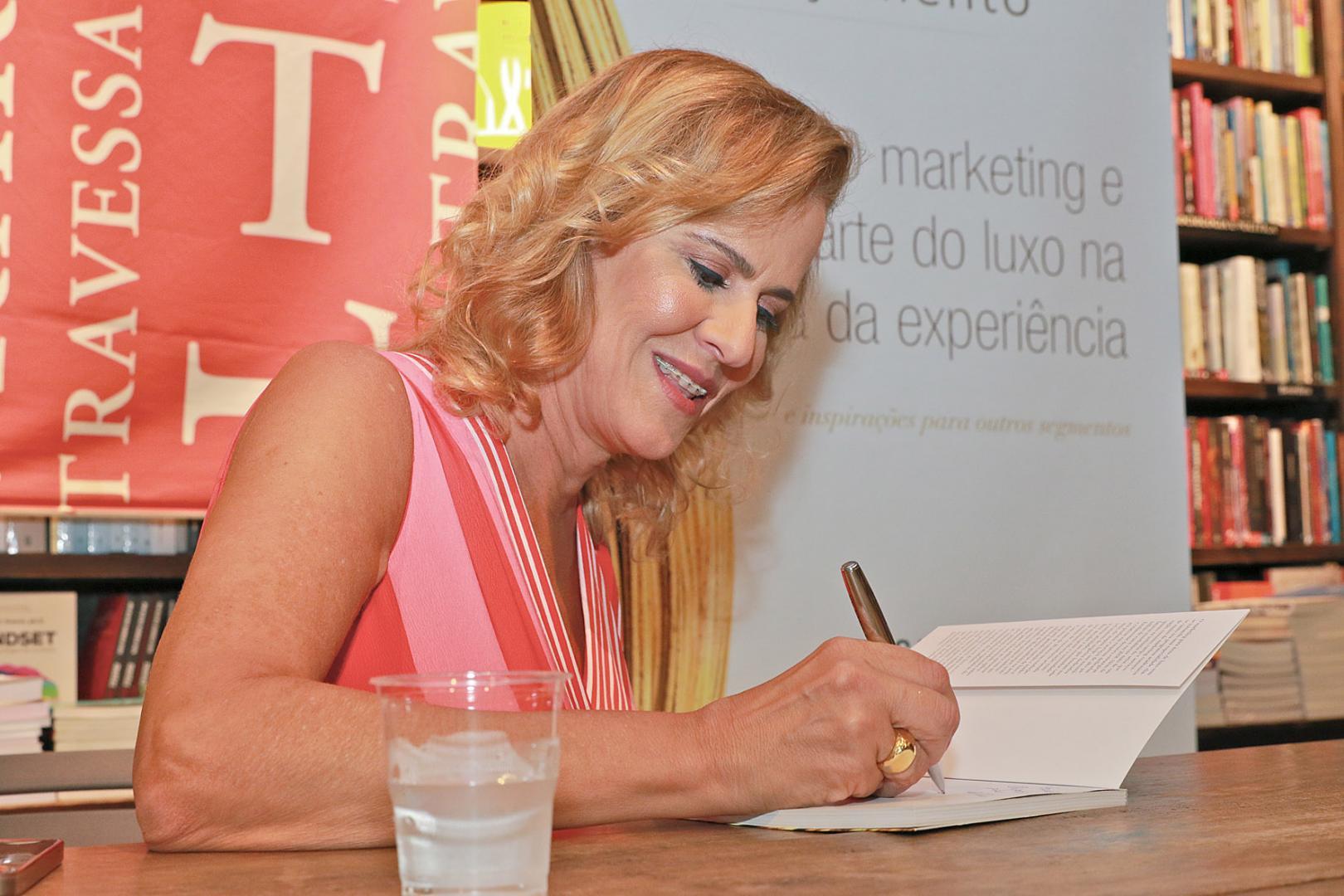 """Rosana de Moraes lança """"O Marketing e a Arte do Luxo na Era da Experiência"""" na Livraria Travessa Ipanema"""