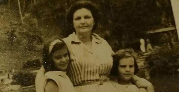 Minha mãe, Honorina, com as duas filhas em Teresópolis: eu sou a morena, minha irmã, Bel, a lourinha. Aí por volta de 1955