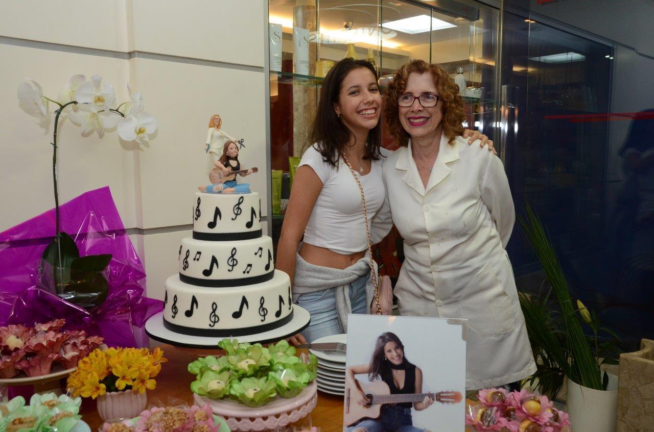 Elza Pontes faz festa de 15 anos da filha da atriz Simone Soares e Mário Meirelles