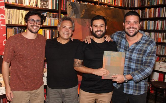 "Kakati de Paiva lança ""Kakati 30 anos"" na livraria da Travessa de Ipanema"