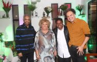 Alcione reúne amigos famosos em jantar em homenagem a Paulinho da Costa
