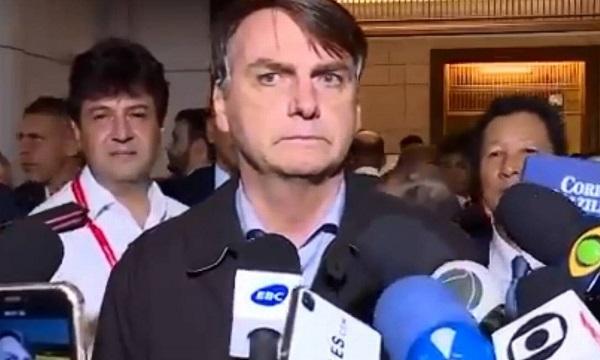 O presidente Bolsonaro chegando ao Japão: mal ajambrado e mal humorado. Não pega bem para o Brasil ( foto O Globo)